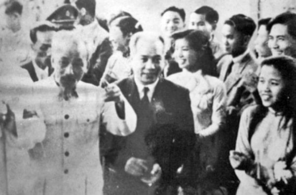 Giáo sư Ngụy Như Kon Tum với Bác Hồ