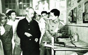Chủ tịch Hồ Chí Minh và bác sĩ Vũ Văn Cẩn tại triển lãm Quân y