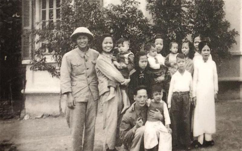 Cụ Hoàng Đạo Thúy bên gia đình của mình