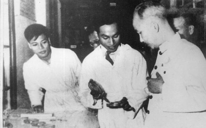 Giáo sư, bác sỹ Đặng Văn Ngữ (Ở giữa) với Bác Hồ nhân dịp Bác thăm trường Y - Dược và khoa Kí sinh trùng
