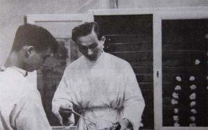 Bác sĩ Đặng Văn Ngữ trong phòng thí nghiệm