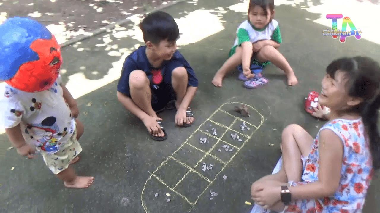Các bé đang chơi Ô ăn quan