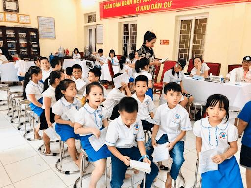 Các học sinh trường tiểu học Yết Kiêu được khám sức khỏe định kỳ