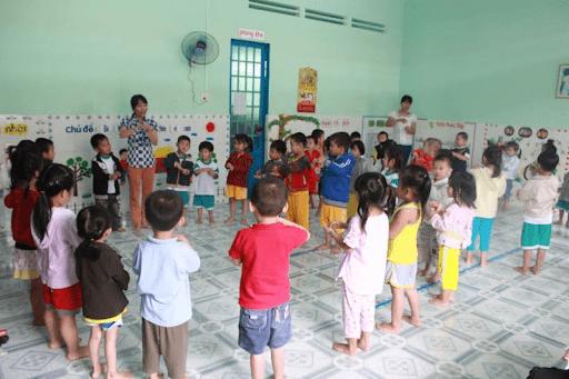 Trò chơi con sên nên tổ chức chơi theo nhóm cho trẻ