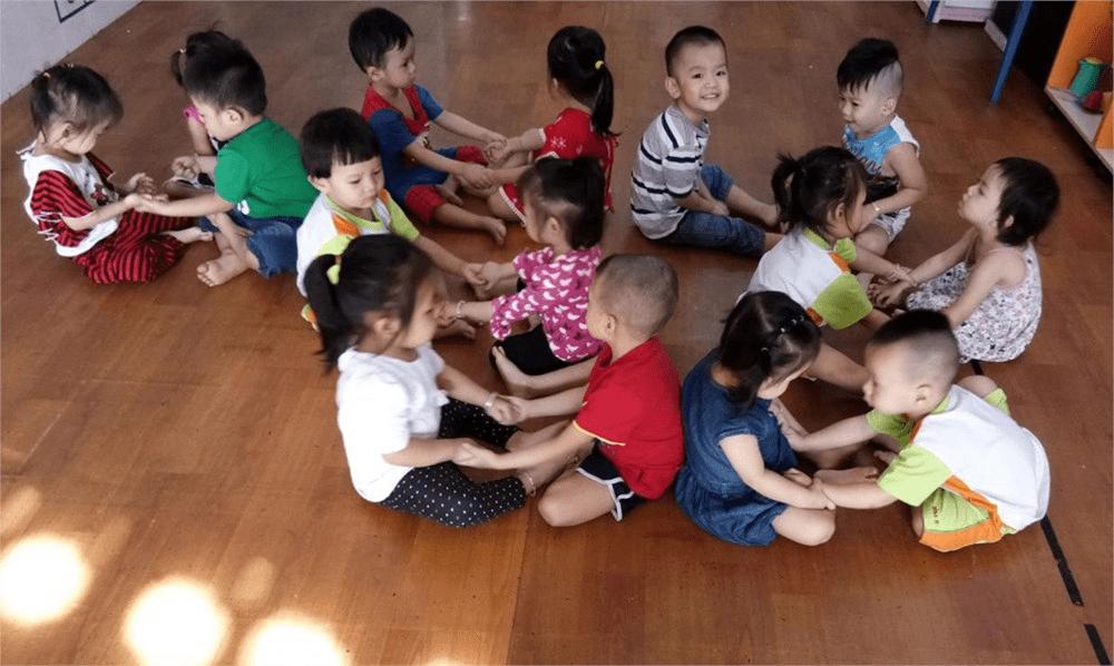 Trò chơi giữ lửa giúp bé rèn luyện tính đoàn kết