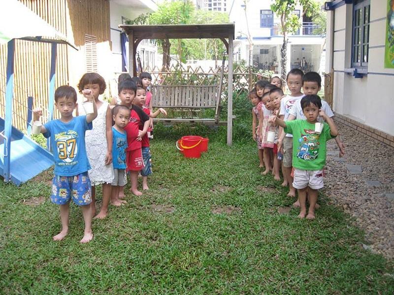 Chia các thành viên chuyền nước thành các nhóm và đứng xếp hàng dọc