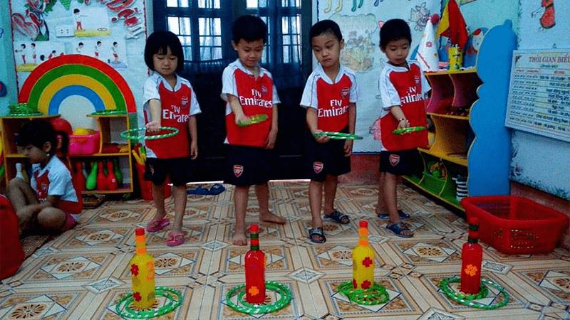 Số lượng chai và đội chơi có thể thay đổi theo ý thích của các bé