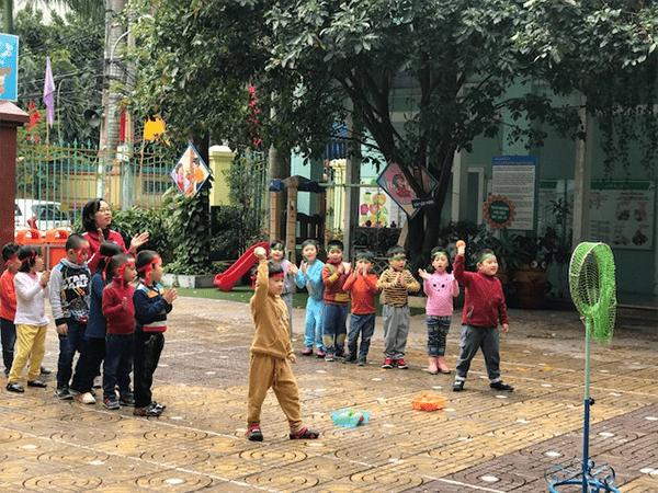 Tổ chức trò chơi ném còn cho trẻ em