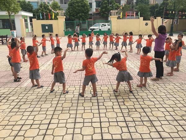 Trẻ xếp thành vòng tròn, nghe và làm theo hiệu lệnh của cô giáo