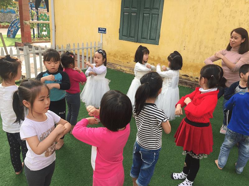 Cô giáo tổ chức cho các bé chơi tập tầm vông