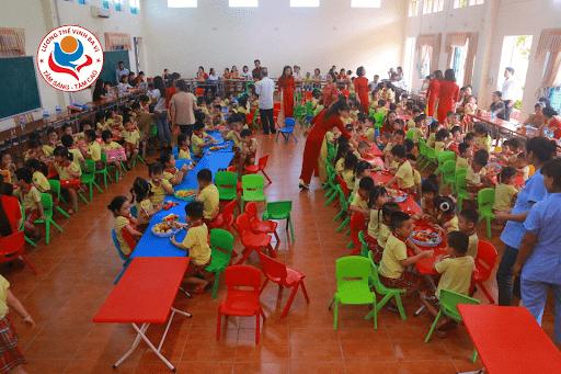 Các con được liên hoan tập thể tại trường