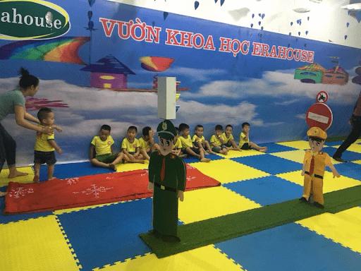 Các em học sinh trường mầm non Âu Cơ, huyện Mê Linh tham gia hoạt động Vườn khoa học