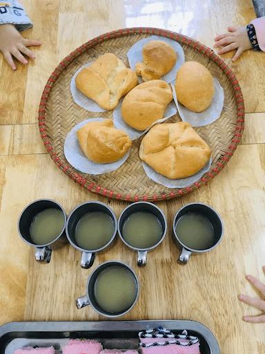 Những chiếc bánh mỳ do các học sinh trường mầm non Làng Hạnh Phúc tự tay nặn