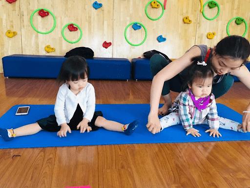 Các con được cô giáo dạy học Yoga