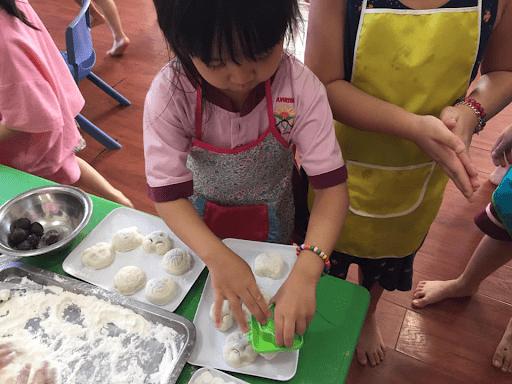 Học sinh trường mầm non Sunrise tự tay làm bánh trung thu
