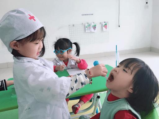 Hoạt động Bé tập làm bác sĩ nha khoa tại trường mầm non Vietkids