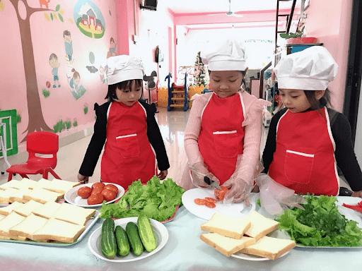 Các bé trường mầm non Vietkids thực hành làm đầu bếp