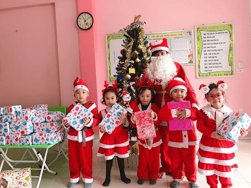 Học sinh trường mầm non Vietkids nhận quà Giáng sinh năm 2019