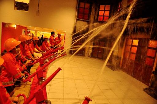 Các em tập làm lính cứu hỏa