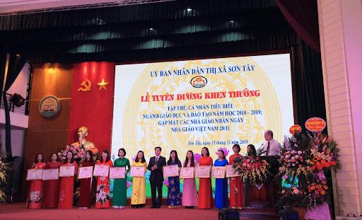 Đội ngũ giáo viên nhà trường nhận bằng khen cho danh hiệu Tập thể Lao động xuất sắc