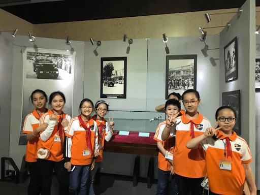 Học sinh trường tiểu học Trần Phú tham qua Bảo tàng Hà Nội