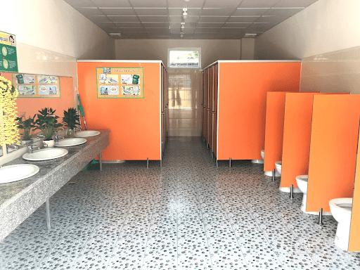 Trường còn có khu vệ sinh sạch sẽ, thân thiện với môi trường