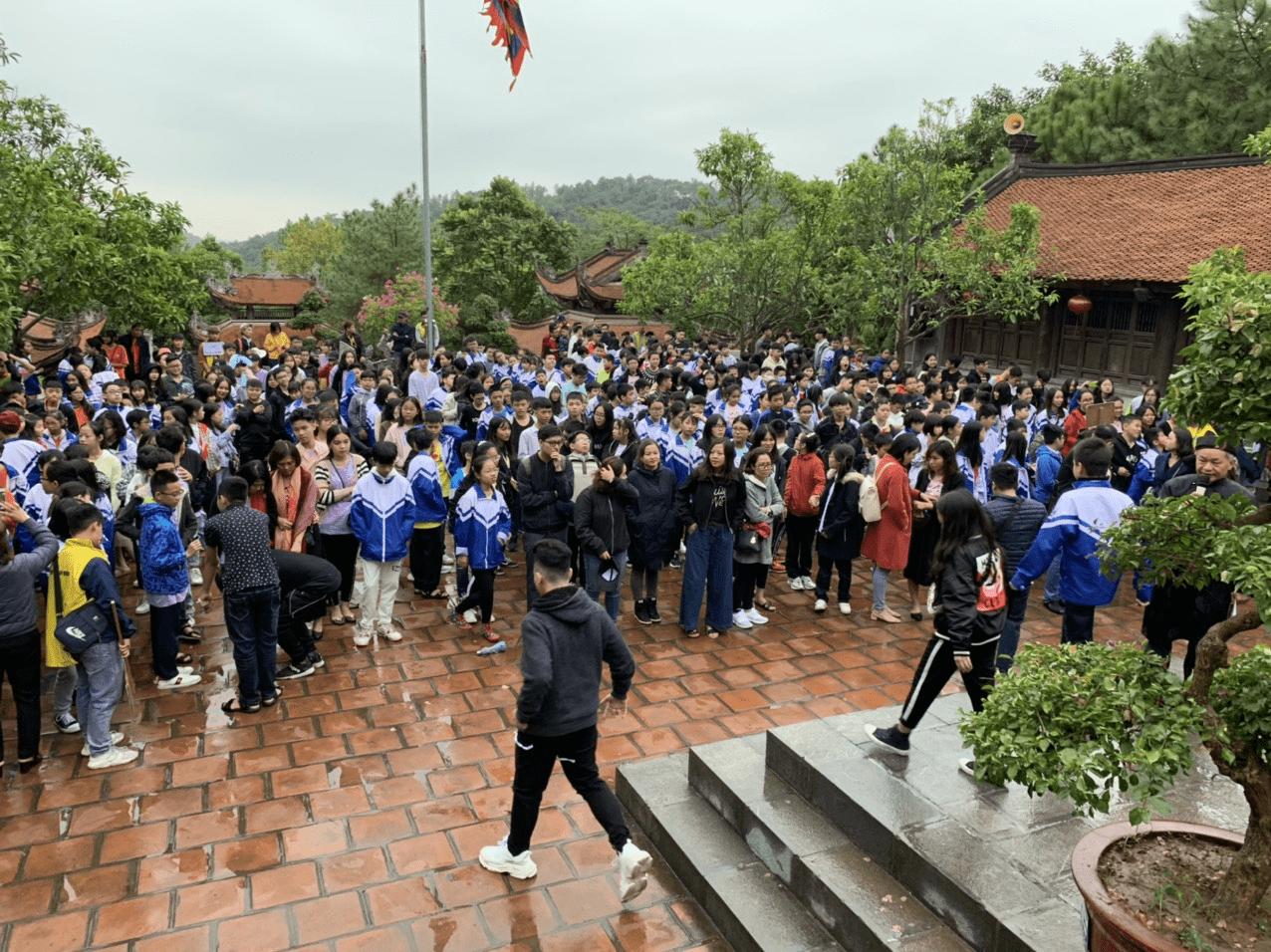 Học sinh trường THCS Minh Khai dâng hương tại đền thờ Chu Văn An