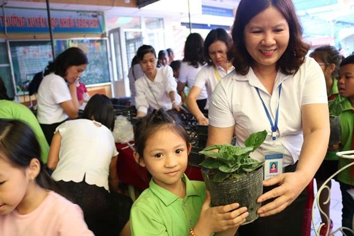 Học sinh trường tiểu học thị trấn Phùng tham gia hoạt động bảo vệ môi trường
