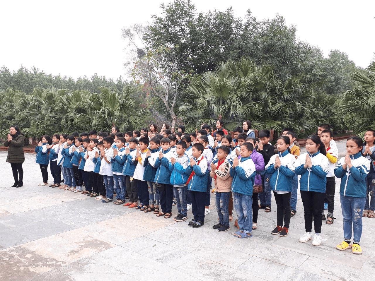 Học sinh trường tiểu học Minh Quang B dâng hương tại nghĩa trang liệt sĩ Đá Chông