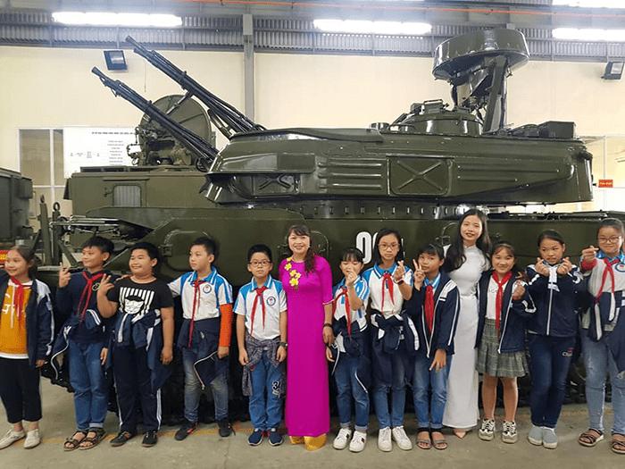 Học sinh nhà trường tham quan nhà máy A34