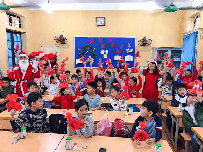 Nhà trường tổ chức tặng quà cho các em học sinh nhân dịp Giáng sinh