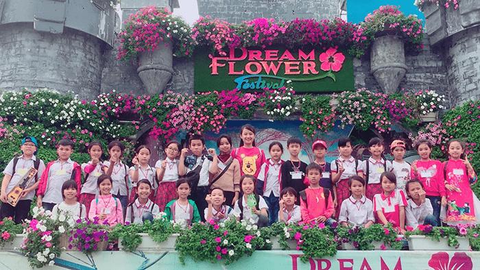 Các em học sinh tham gia hoạt động trải nghiệm tại lễ hội Dream Flower
