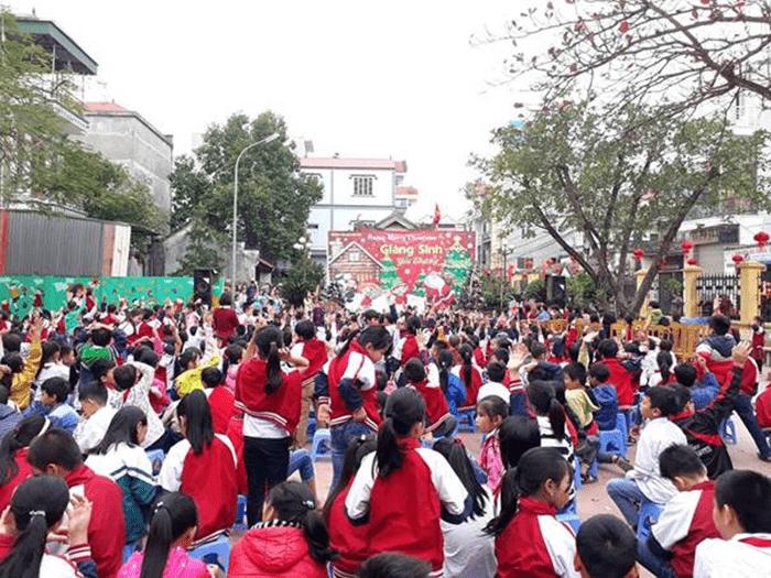 Nhà trường tổ chức lễ giáng sinh cho các em học sinh