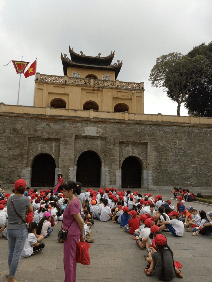 Các em học sinh đi tham quan Hoàng thành Thăng Long