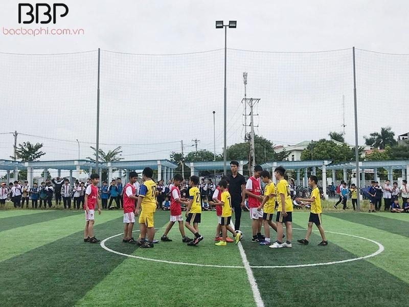 Giải bóng đá nam được tổ chức cho các em học sinh