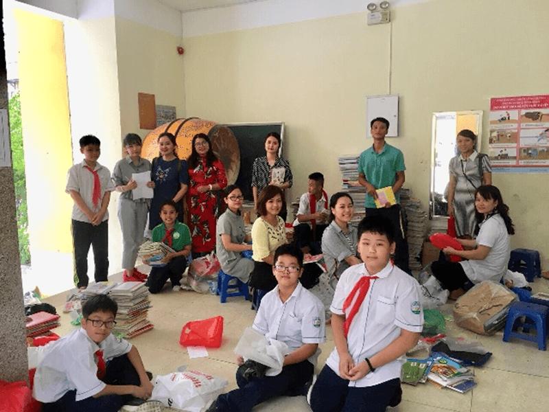 Thầy và trò của trường cũng quyên góp sách vở cũ
