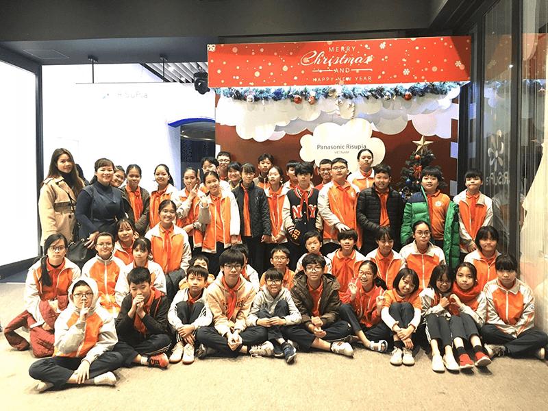 Các em học sinh của trường trong chuyến tham quan ngoại khóa tại trung tâm Panasonic Risupia Việt Nam