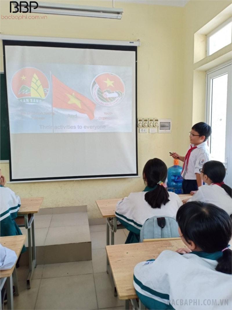 Các em học sinh thuyết trình bằng tiếng anh trong ứng dụng CNTT vào học tập