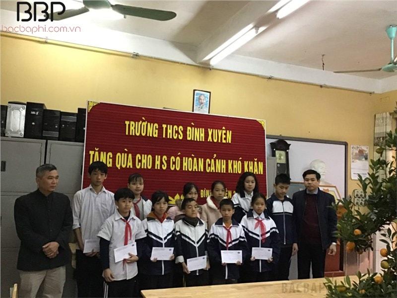 Nhà trường tổ chức tặng quà cho những em học sinh có hoàn cảnh khó khăn