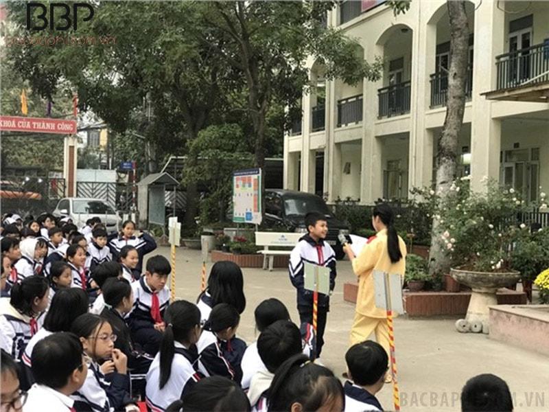 """Buổi sinh hoạt dưới cờ với chủ đề """"An toàn giao thông"""" của học sinh trường THCS thị trấn Trâu Quỳ"""