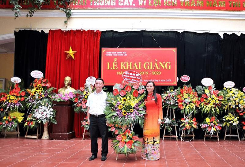 Cô giáo Đặng Thị Thu Hà (bên phải) - hiệu trưởng trường THCS Hoàng Liệt