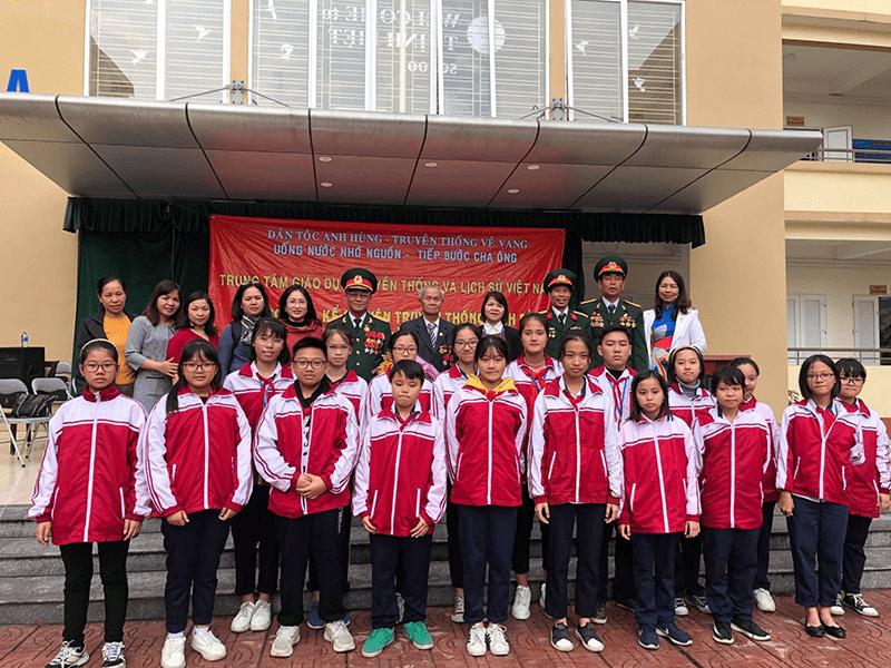 Chương trình giao lưu, kể chuyện về truyền thống lịch sử của các cựu chiến binh với các em học sinh trường THCS Thịnh Liệt