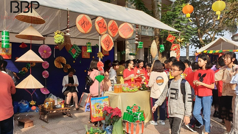 Nhà trường tổ chức hội chợ xuân 2020 cho các em học sinh