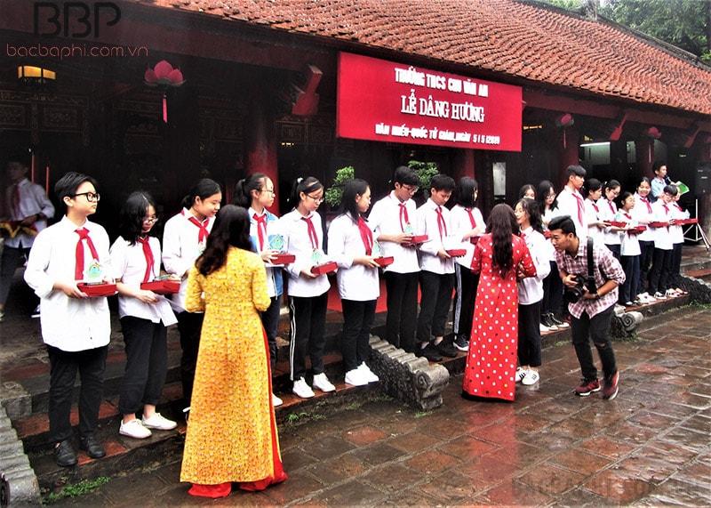 Lễ dâng hương của thầy và trò trường THCS Chu Văn An tại Văn miếu Quốc tử giám