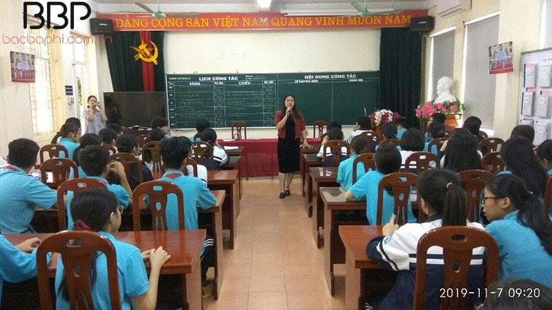 Nhà trường tổ chức khen thưởng cho các em học sinh đạt giải cấp quận