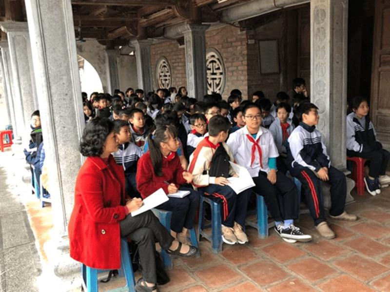 Các em học sinh của trường tham quan di tích lịch sử địa phương