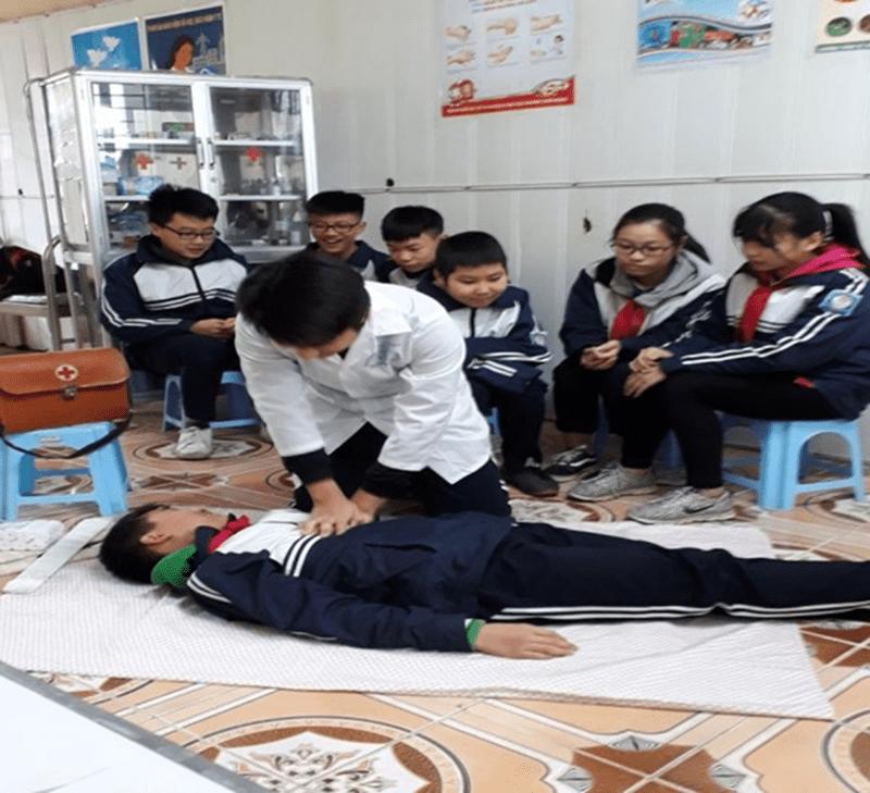 Thực hành tập huấn cách sơ cứu tại phòng y tế của nhà trường