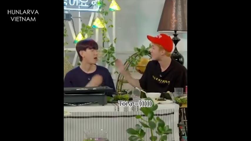 Sehun đút tỏi cho Baekhyun ăn