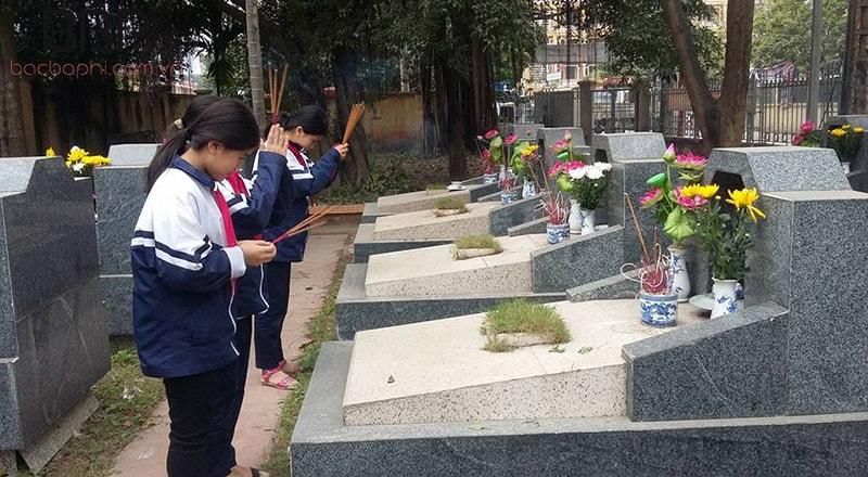 Học sinh trường THCS Tân Triều dâng hương và tri ân mô các anh hùng liệt sĩ tại địa phương