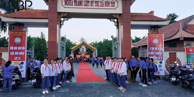 Các em học sinh đến tri ân tại nghĩa trang liệt sĩ thị xã Sơn Tây